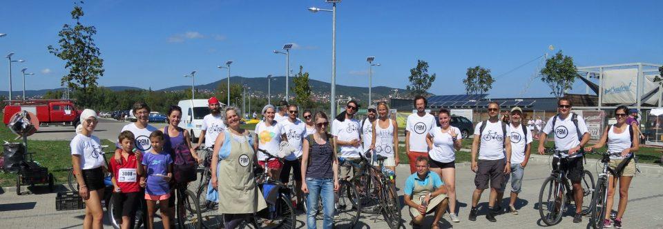 Biciklivel mutatnak példát emberségből