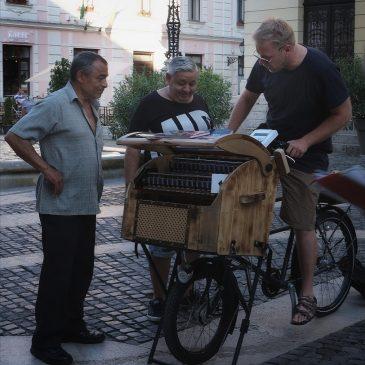 Zenélő biciklivel a fedél nélkül élőkért
