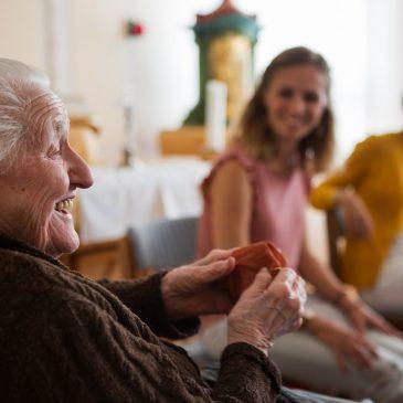 A mesék erejével segítik az időseket
